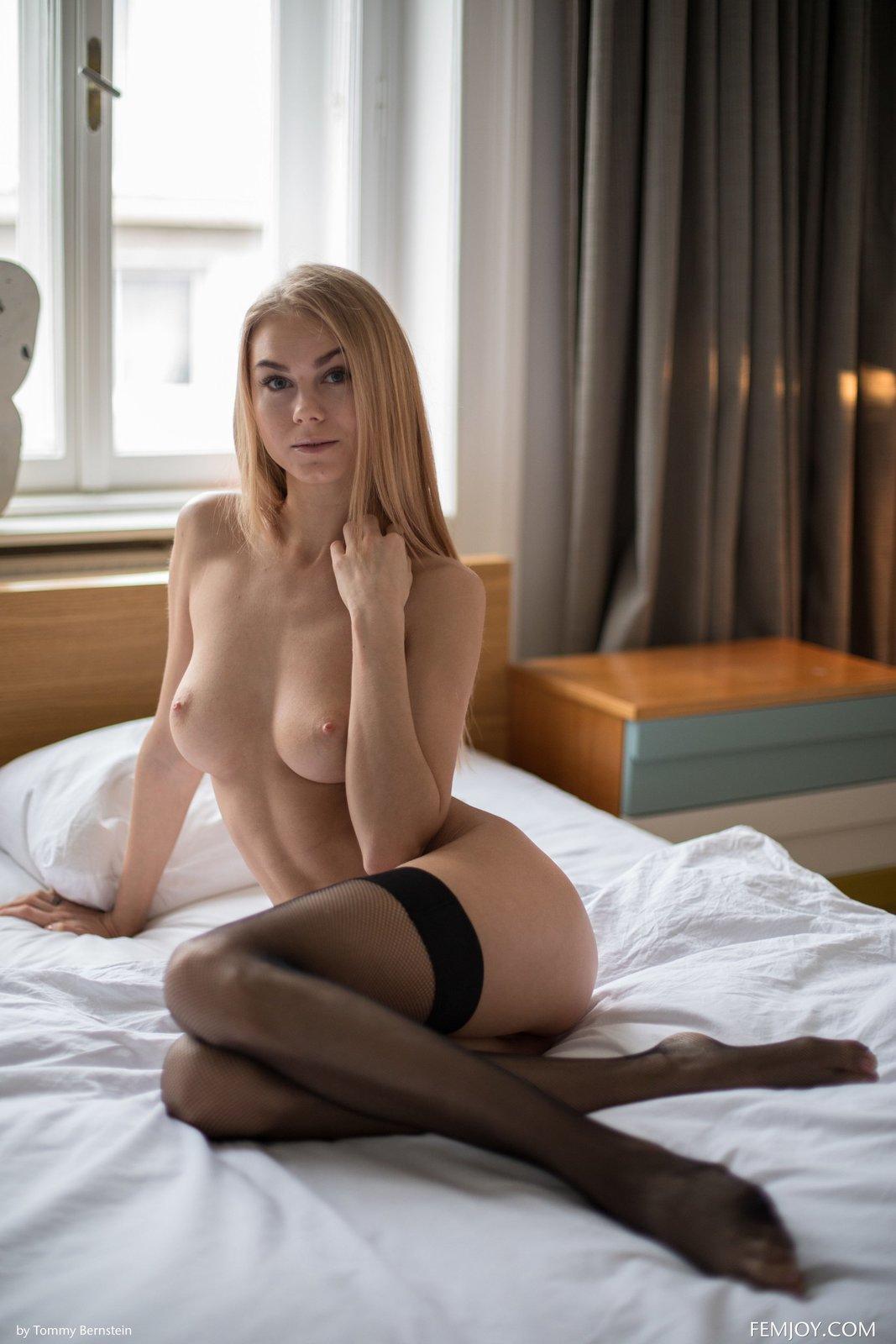 Красивая голая девушка в впостели