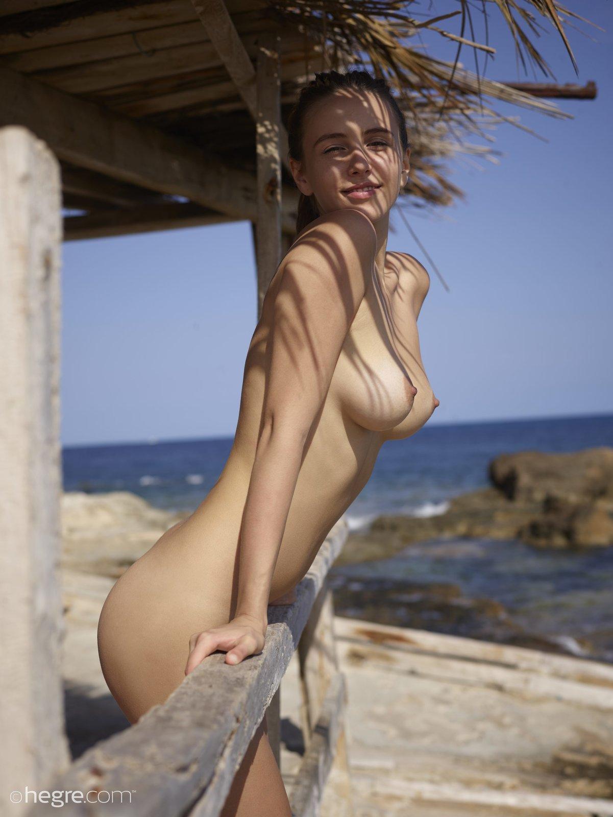 Девка в очках показала красивую натуральную грудь