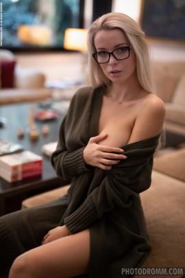Распутная блонда с голыми титьками